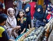 لاڑکانہ: عیدکی تیاریوں میں مصروف خواتین خریداری کر رہی ہیں۔