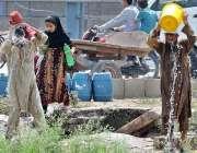 راولپنڈی: شہری گرمی کی شدت کم کرنے کے لیے اپنے اوپر پانی بہا رہے ہیں۔