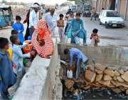 حیدر آباد: شہری ریلوے اسٹیشن کے قریب لگے پائپ سے پینے کا پانی بھر رہے ..