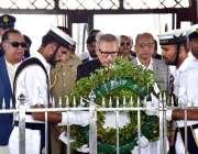 کراچی: صدر مملکت ڈاکٹر عارف علوی مزار قائد پر پھول رکھ رہے ہیں۔