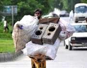 اسلام آباد: وفاقی دارالحکومت میں محنت کش ہتھ ریڑھی پر کارآمد اشیاء ..