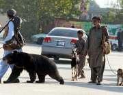 راولپنڈی: مداری اپنے جانوروں کے ہمراہ ائیرپورٹ روڈ سے گزر رہے ہیں۔