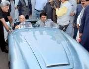 لاہور: گورنر پنجاب چوہدری محمد سرور اینٹیک کار ریلی میں شریک ایک کار ..