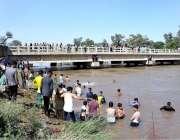 سیالکوٹ: نوجوان گرمی کی شدت کم کرنے کے لیے نہر میں نہار ہے ہیں۔