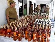 ملتان: پولیس کی کاروائی سے قبضہ میں لی جانے والی شراب کی بوتلیں میڈیا ..