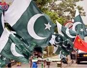 راولپنڈی: رحمان آباد مری روڈ14اگست کے حوالے سے ایک محنت کش نے روڈ کنارے ..