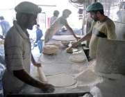 راولپنڈی: خیابان کے علاقہ میں کاریگر سموسہ پٹی بنانے میں مصروف ہے۔