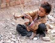 سرگودھا: خانہ بدوش بچہ اپنے گھر کے باہر کھیل کود میں مصروف ہے۔