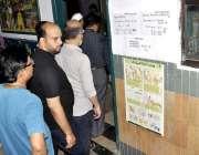کراچی: عام انتخابات 2018  کراچی کے ایک پولنگ اسٹیشن میں پولنگ بوتھ کے ..