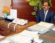 کراچی: میئر کراچی وسیم اختر سے پاکستان ریلوے کے ڈویژنل سپرنٹنڈنٹ اعجاز ..