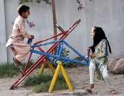 لاڑکانہ: بچے جناح باغ میں کھیل کود میں مصروف ہیں۔