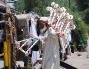 پشاور: ایک معمر محنت کش پھیری لگا کر پیڑھیاں فروخت کر رہاہے۔