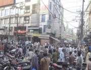 لاہور: ہال روڈ مارکیٹ میں بارشوں سے متاثرہ عمارت کے باہر دکانداروں ..