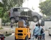 لاہور: حادثے کا شکار گاڑی کو لفٹر کے ذریعے اٹھا کر ورکشاپ لیجایا جارہا ..