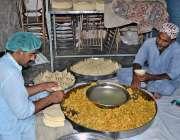 لاہور: دکاندار فروخت کے لیے سموسے تیار کر رہا ہے۔