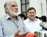 پشاور: نو منتخب رکن صوبائی اسمبلی شیر اعظم وزیر میڈیا سے گفتگو کررہے ..