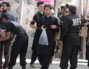 راولپنڈی: چہلم امام حسین(رض) کے موقع پر جلوس میں آنے والوں کی تلاشی لی ..