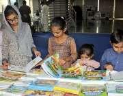 لاہور: ایکسپو سینٹر لاہور میں منعقدہ کتاب میلہ کے دورانبچے ایک سٹال ..