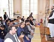 پیرس: پیرس میں مسلم کمیونٹی عیدالاضحی کی نماز کا خطبہ سنتے ہوئے۔