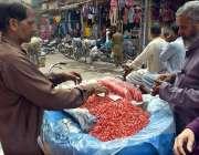 لاہور: محنت کش گھر کا چولہا جلانے کے لیے انار فروخت کر رہا ہے۔