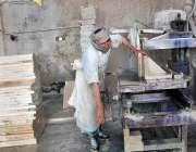 فیصل آباد: مزدور ماربل فیکٹری میں پتھر کاٹنے میں مصروف ہے۔