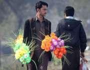 راولپنڈی: محنت کش پھری لگا کر مصنوعی پھول فروخت کررہے ہیں۔