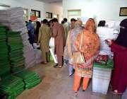 اسلام آباد: پریزائیڈنگ آفیسران پولنگ کا سامان وصول کرنے کے لیے جمع ..