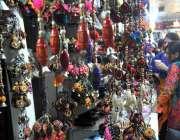 مری: خواتین کمرشل ایریا میں ایک دکان سے خرید اری میں مصروف ہیں۔