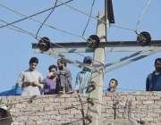 لاہور: بوہڑ والا چوک کے قریب ایک گھر کی چھت کے ساتھ بجلی کی ہائی وولٹیج ..