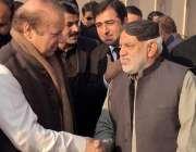 اسلام آباد: وزیر اعظم میاں نواز شریف احتساب عدالت پیشی کے موقع پر کارکنوں ..