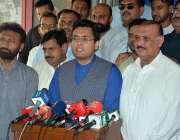 فیصل آباد: ایم این اے فرخ حبیب فیسکو ہیڈ کوارٹر کے دورہ کے موقع پر میڈیا ..