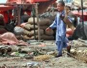اسلام آباد: وفاقی دارالحکومت میں خانہ بدوش بچہ گھر کا چولہا جلانے کے ..