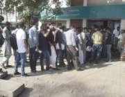 لاہور: طلباء داخلہ فیس جمع کروانے کے لیے بینک کے باہر قطار بنائے کھڑے ..