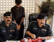 حیدر آباد:ڈی ایس پی محمد گل عباس ایس ایچ او مارکیٹ منیر عباسی کے ہمراہ ..