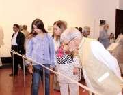 لاہور: شہری نیشنل کالج آف آرٹس میں ڈاکٹ ٹکٹ کی نمائش دیکھ رہے ہیں۔