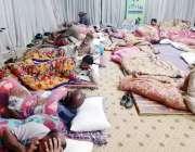 لاہور: ضلعی انتظامیہ کی جانب سے بنائی گئی پناہ گاہ میں لوگ آرام کررہے ..