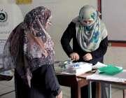 راولپنڈی: عام انتخابات 2018  کے موقع پرخواتین پولنگ آفیسر اپنے فرائض ..
