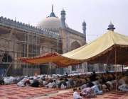ملتان: عید گاہ مسجد میں ماہ رمضان کے چوتھے جمعةالمبارک کی ادائیگی کی ..