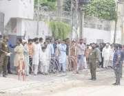 لاہور: عام انتخابات 2018  حلقہ این اے124میں ووٹرز پولنگ اسٹیشن کے باہر ..
