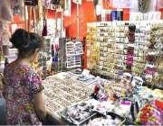 راولپنڈی: عید کی تیاریوں میں مصروف خاتون ایک دکان سے جیولری پسند کر ..