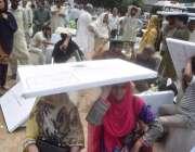 لاہور: پولنگ کا سامان لینے کے لیے آئی خواتین پریزائیڈنگ آفیسرز دھوپ ..