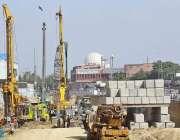 کراچی: مزدور گرین لائن بس پراجیکٹ کے تعمیراتی کام میں مصروف ہیں۔