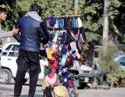 راولپنڈی: شہری روڈ کنارے لگے سٹال سے اشیاء خرید رہے ہیں۔