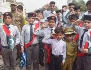 لاہور: یوم دفاع پاکستان کے موقع پر ننھے طلباء شہداء کو سلیوٹ کر کے خراج ..