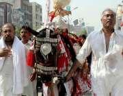 پشاور: نویں محرم الحرام کے مرکزی جلوس میں شرکت کے لیے ذوالجناح کو لایا ..