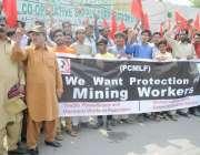 لاہور: بھٹہ مزدور اپنے مطالبات کے حق میں پریس کلب کے باہر احتجاج کر ..