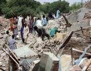 حیدر آباد: تجاوزات کے خلاف آپریشن کے دوران مسمار کی گئی عمارت سے شہری ..
