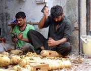 پشاور: کار پینٹر اپنی ورکشاپ میں چارپائیوں کے پائے تیار کر رہے ہیں۔