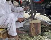 فیصل آباد: محنت کش فروخت کے لیے مسواکیں تیارکر رہا ہے۔