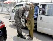 لاہور: سیکیورٹی اہلکار شہر میں داخل ہونیوالی گاڑی میں سوار مسافروں ..